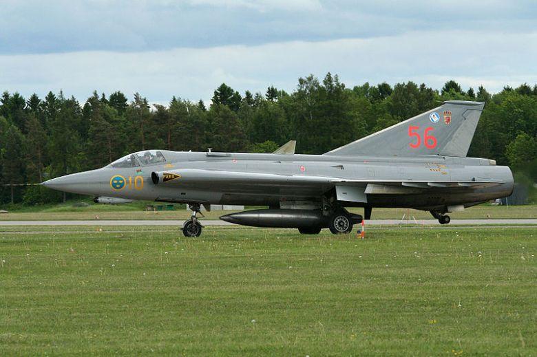 800px-Saab_J-35J_Draken_35556_56_(8425453016)