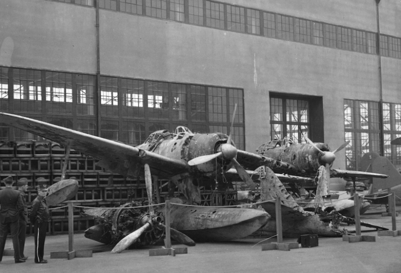 A6M2-N_wrecks_at_NAS_Alameda_1943