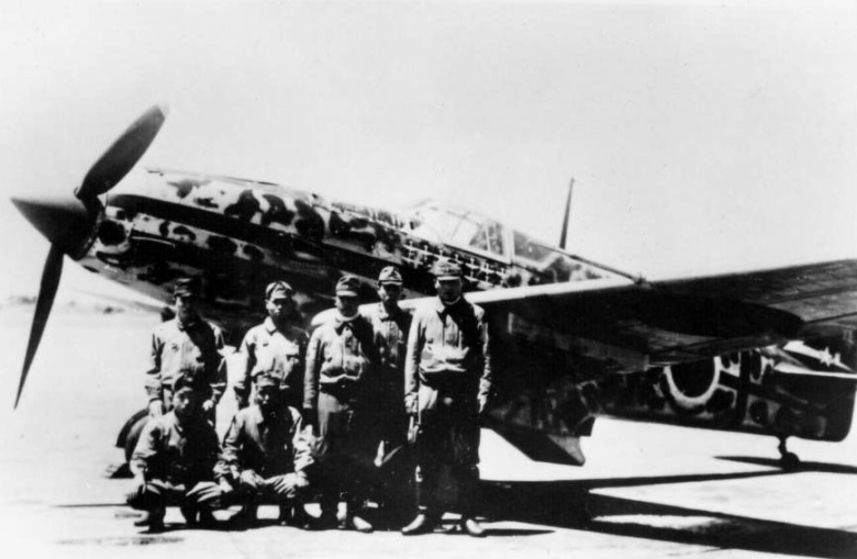 kawasaki_ki-61_hien_with_aircrew